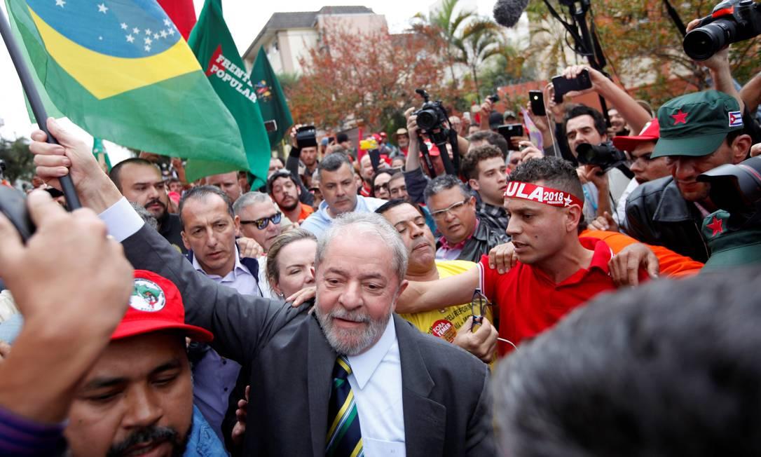 Cercado por apoiadores, Lula chega à Justiça Federal em Curitiba para depor ao juiz Sergio Moro PAULO WHITAKER / REUTERS