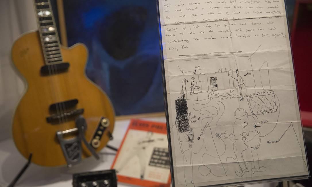 """""""Não se trata somente de nostalgia"""", disse o baterista do Pink Floyd, Nick Mason, """"Cinquenta anos sempre parece um bom momento, e a verdade é que não estaremos todos aqui para sempre. Perdemos dois da banda ao longo dos anos"""", disse, referindo-se ao guitarrista e principal compositor original, Syd Barrett, e ao tecladista, Rick Wright, """"e é muito importante... se você quiser contar estas histórias, fazê-lo quando as pessoas ainda estão por aqui para contá-las"""". Na foto, uma carta de Syd Barret, um dos fundadores do Pink Floyd, para sua namorada Jenny Spires Joel Ryan / AP"""
