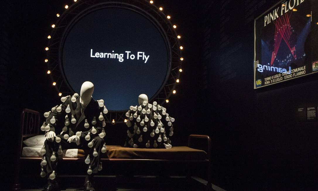Manequins usam o terno com lâmpadas que aparece na capa do álbum 'Delicate sound of thunder' Joel Ryan / AP