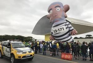 O boneco pixuleco, que representa o ex-presidente Lula vestido de presidiário, foi levado a protesto em Curitiba Foto: Thiago Herdy / O Globo