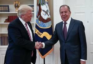 Trump e Lavrov se cumprimentam em encontro no Salão Oval Foto: AP