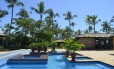 Praça de relaxamento com piscinas no spa Comandatuba by L'Occitane, na Bahia