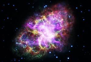 A combinação das observações da Nebulosa do Caranguejo em ondas de rádio (vermnelho), infravermelho (amarelo), luz visível (verde), ultravioleta (azul) e raios-X (roxo) Foto: Nasa/ESA/G. Dubner