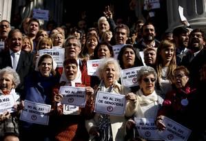 Manifestantes, entre eles as Avós da Praça de Maio, defendem memória da ditadura 'contra genocidas' Foto: Natacha Pisarenko / AP