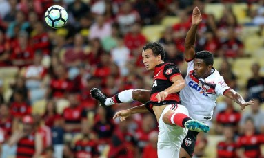 Leandro Damiã disputa a bola com zagueiro do Atlético-GO Foto: Marcelo Theobald