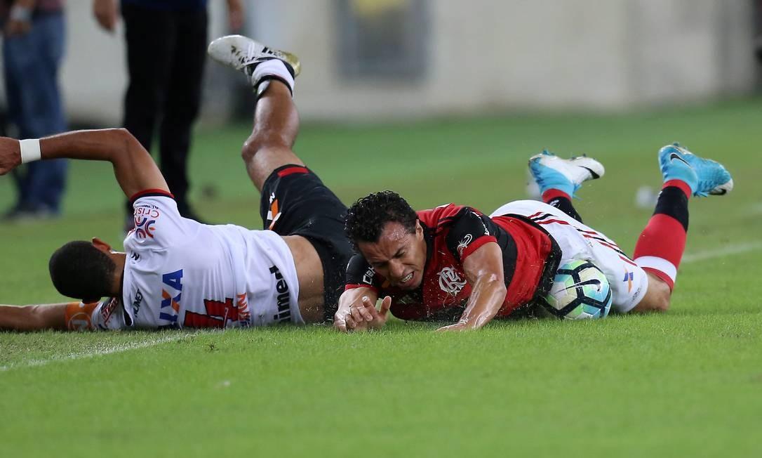 Leandro Damião cai no gramado após disputa no Maracanã Foto: Marcelo Theobald