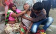 Mulher chora após parede desabar e matar convidados de casamento, em Bharatpur, na Índia