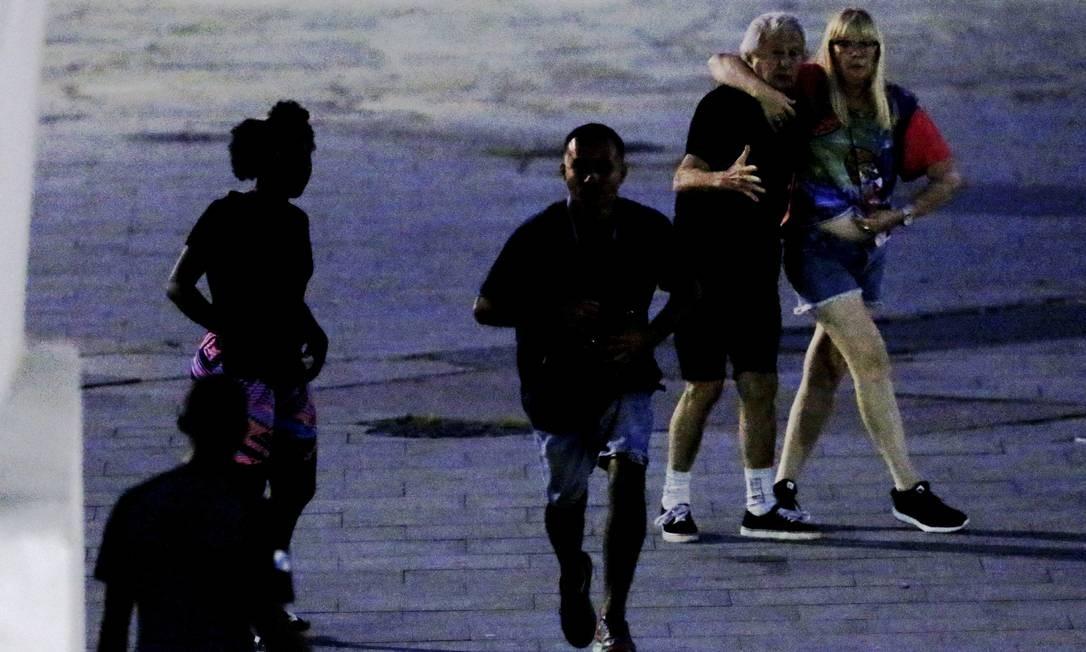 Casal observa um dos bandidos ir embora Foto: Domingos Peixoto / Agência O Globo