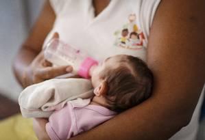 Bebê com microcefalia é amamentado no Rio de Janeiro Foto: Fernando Lemos / Agência O Globo