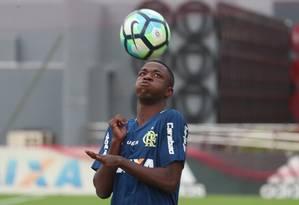 Vinícius Júnior domina a bola no treino no Ninho do Urubu Foto: Gilvan de Souza