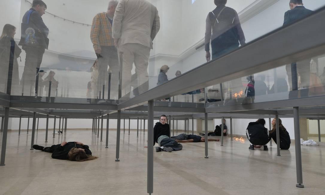 Instalação da artista Anne Imhof no Pavilhão Alemão Foto: Andrea Merola / AP