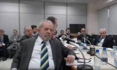 Gestos de Lula em depoimento a Moro na última quarta-feira Foto: Reprodução/O Globo