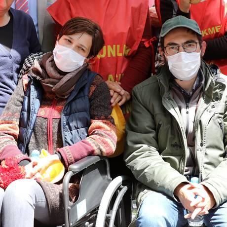 Os professores turcos Semih Ozakca (à dir.) e Nuriye Gulmen (à esq.) fazem uma greve de fome em protesto ao expurgo pós-golpe de milhares de funcionários pelo governo turco Foto: ADEM ALTAN / AFP
