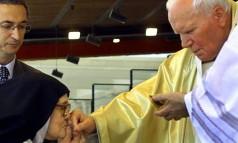 Veneração. Irmã Lúcia dos Santos, única sobrevivente dos três pastores, beija a mão do Papa João Paulo II no Santuário de Fátima Foto: Inacio Rosa 13/05/2000 / Reuters