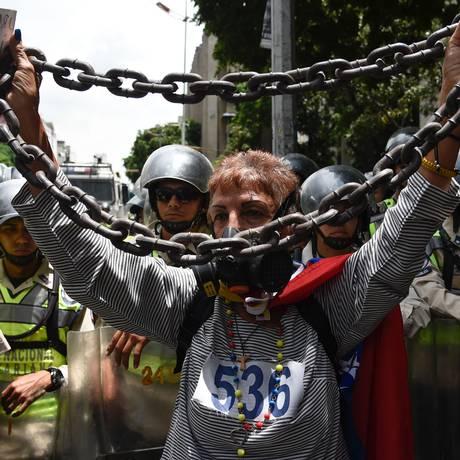 Manifestantes aposentados entram em confronto com a polícia em Caracas Foto: JUAN BARRETO / AFP