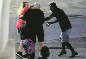Flagrante de assalto na Lapa. Na foto, ladrão rouba casal de turistas Foto: Domingos Peixoto / Agência O Globo