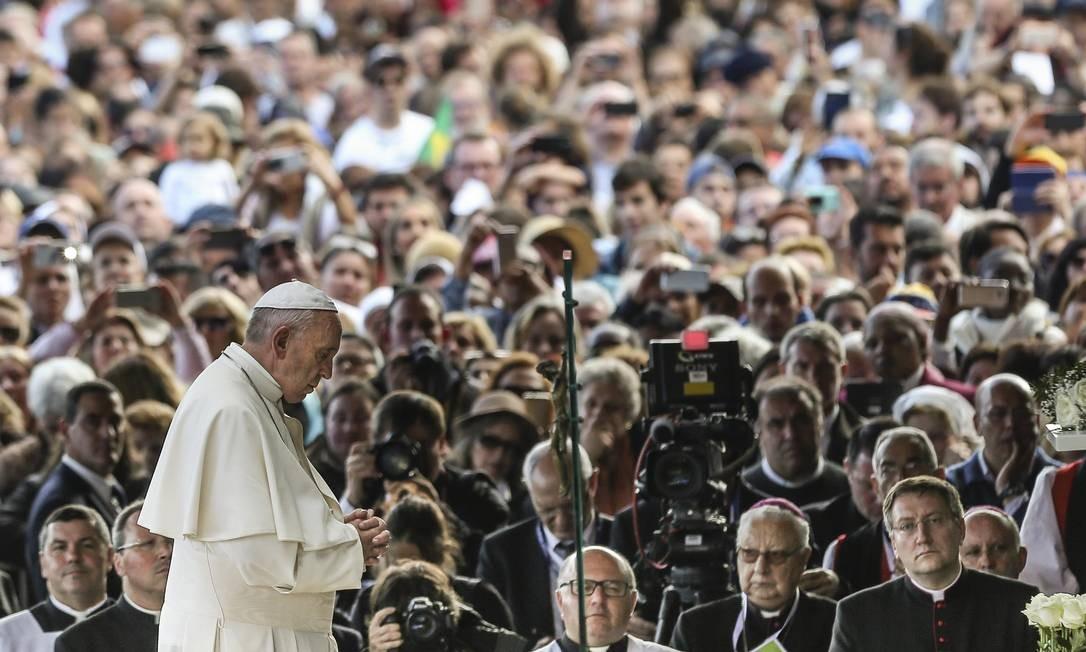 Milhares de peregrinos rodearam o pontífice em sua chegada ao santuário Foto: POOL / REUTERS