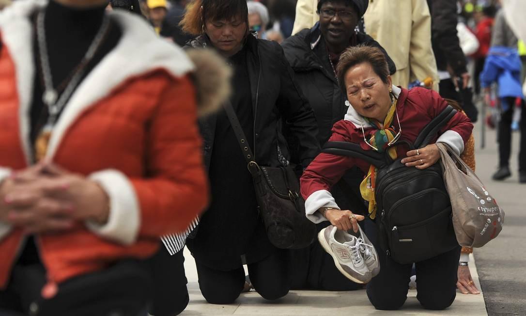 Alguns peregrinos se locomovem de joelhos, em penitência, dentro do Santuário Foto: Paulo Duarte / AP