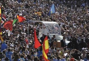 Papa Francisco chega de papamóvel, nesta sexta-feira, ao Santuário de Nossa Senhora de Fátima, rodeado por uma multidão de fiéis Foto: Paulo Duarte / AP