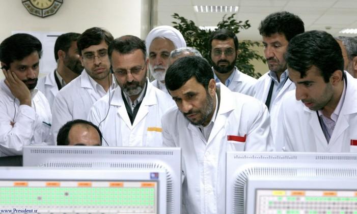 O então presidente Mahmoud Ahmadinejad confere computadores com assessores Foto: Office of the Presidency of the Islamic Republic of Iran