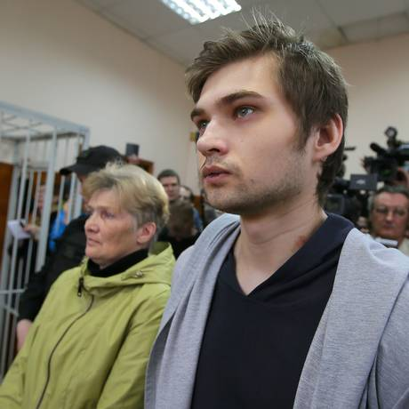 O russo Ruslan Sokolovsky deixa o tribunal após a sentença. Ele havia sido detido depois de postar um vídeo em que aparecia jogando dentro de uma igreja Foto: KONSTANTIN MELNITSKIY / AFP