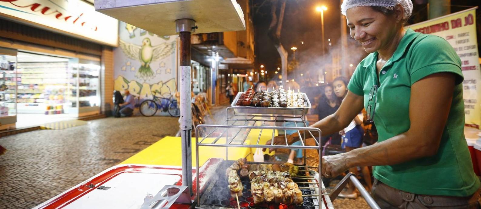 Autorizada. Jô, que vende churrasquinhos em Vila Isabel, fez um curso de manipulação de alimentos e ganhou uma licença do município para trabalhar Foto: Pablo Jacob / Agência O Globo