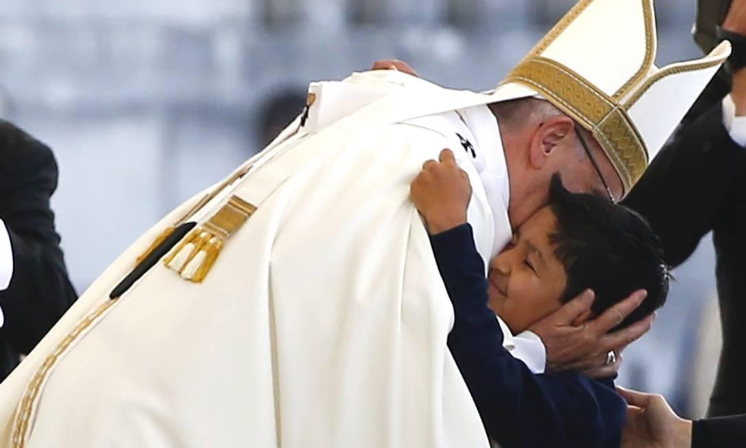"""O Papa Francisco abraço o jovem brasileiro Lucas, cuja cura de uma grave lesão considerada """"milagrosa"""" embasou a canonização dos irmãos pastorinhos de Fátima neste sábado Foto: TONY GENTILE / REUTERS/TONY GENTILE"""