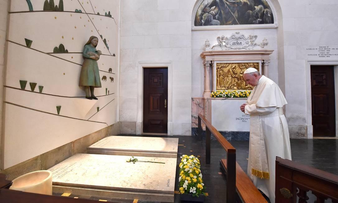 O Papa Francisco reza na tumba de Jacinta e Francisco Marto no Santuário de Nossa Senhora de Fátima, onde canonizou os dois em missa neste sábado Foto: L'Osservatore Romano/AP