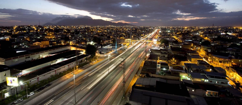 Vista noturna da rodovia na altura de São João de Meriti, um dos trechos com maiores incidências de roubo de cargas Foto: Márcia Foletto / Agência O Globo