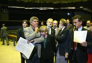 Deputados do PT choram no plenário da Câmara após depoimento de Duda Mendonça a CPI Foto: Ailton de Freitas / Ailton de Freitas/11-8-2005