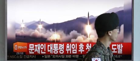 Soldado sul-coreano passa por TV que transmite imagem sobre lançamento de míssil Foto: Ahn Young-joon / AP