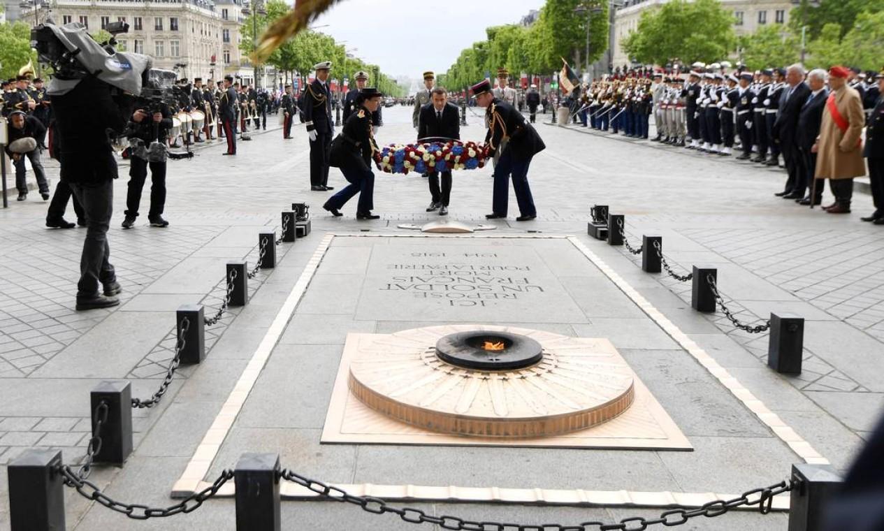 Macron deixa uma coroa de flores no Túmulo do Soldado Desconhecido, no Arco do Triunfo Foto: Alain Jocard / AP