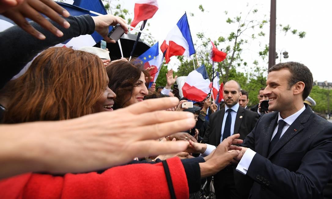 O presidente é saudado pela multidão próximo ao Arco do Triunfo Foto: Alain Jocard / AP