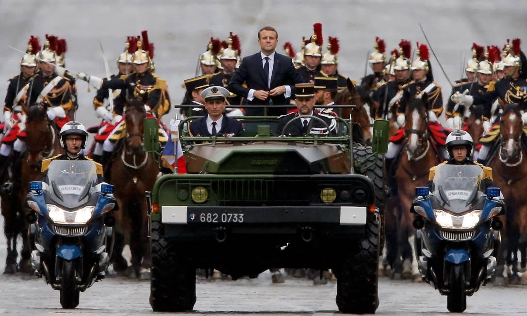 Em carro militar, Macron percorre a Avenida Champs-Elysees em direção ao Arco de Triunfo Foto: POOL / REUTERS