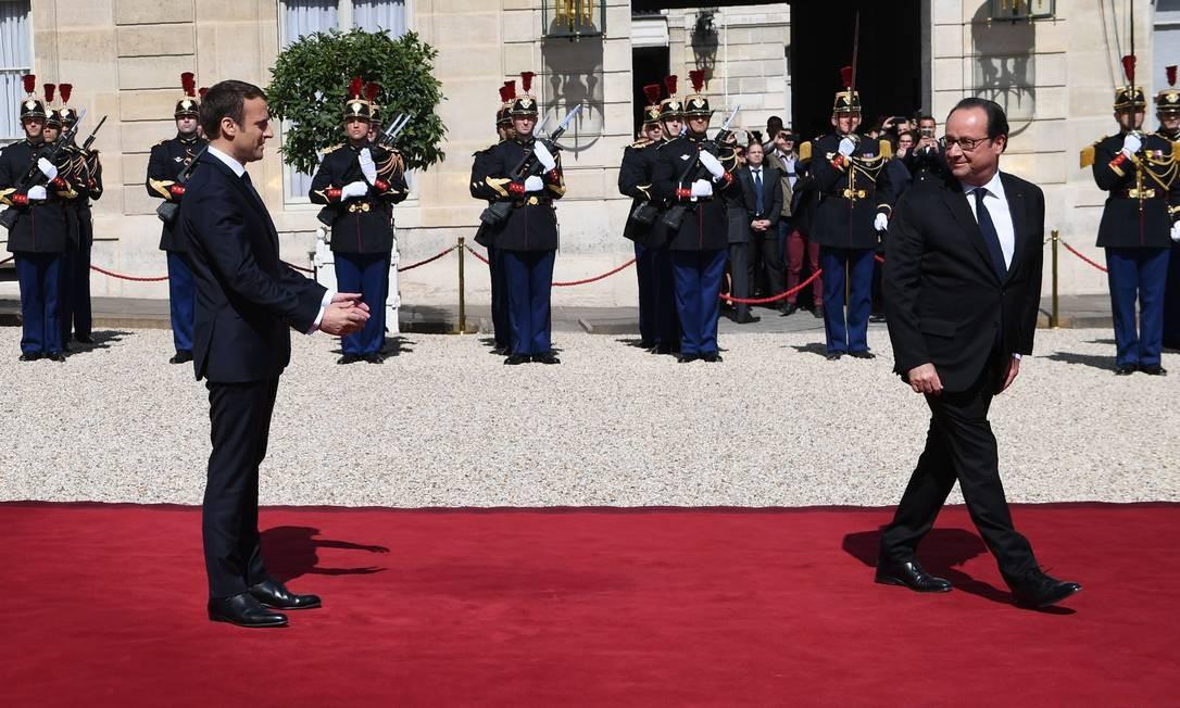 Após reunir-se com Macron, François Hollande (à direita) deixa a presidência como um dos chefes de Estado mais impopulares do país Foto: ERIC FEFERBERG / AFP