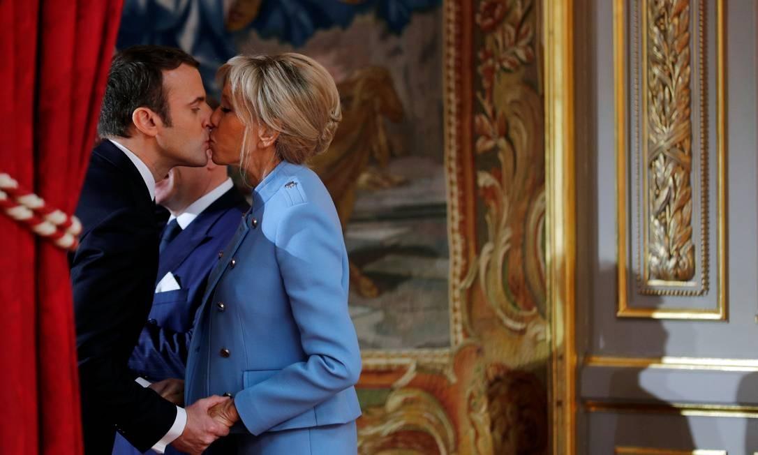 Emmanuel e Brigitte Macron, no Palácio do Eliseu: ela chegou à cerimônia de posse dez minutos antes dele Foto: PHILIPPE WOJAZER / REUTERS