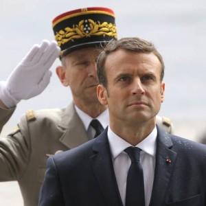 Macron é saudado por militar: ele terá desafios como combate ao terrorismo e ao desemprego Foto: Michel Euler / AP