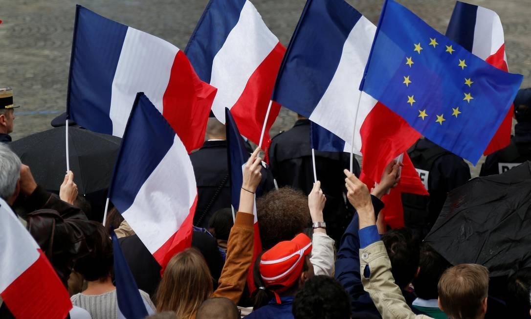 Bandeira da União Europeia se destaca entre outras francesas: Macron quer fortalecer bloco Foto: CHARLES PLATIAU / REUTERS