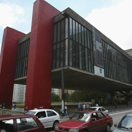 Vítima caiu de uma altura de quase 10 metros na parte de trás do museu Foto: Michel Filho/AGÊNCIA O GLOBO