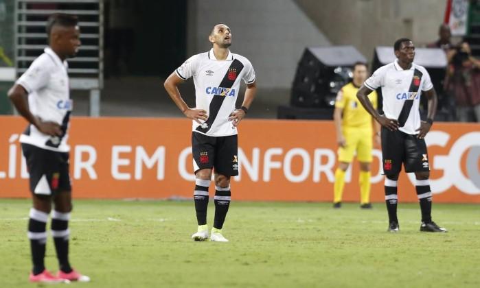 O desânimo de Kelvin, Rafael Marques e Jomar após um dos gols do Palmeiras Foto: Edilson Dantas