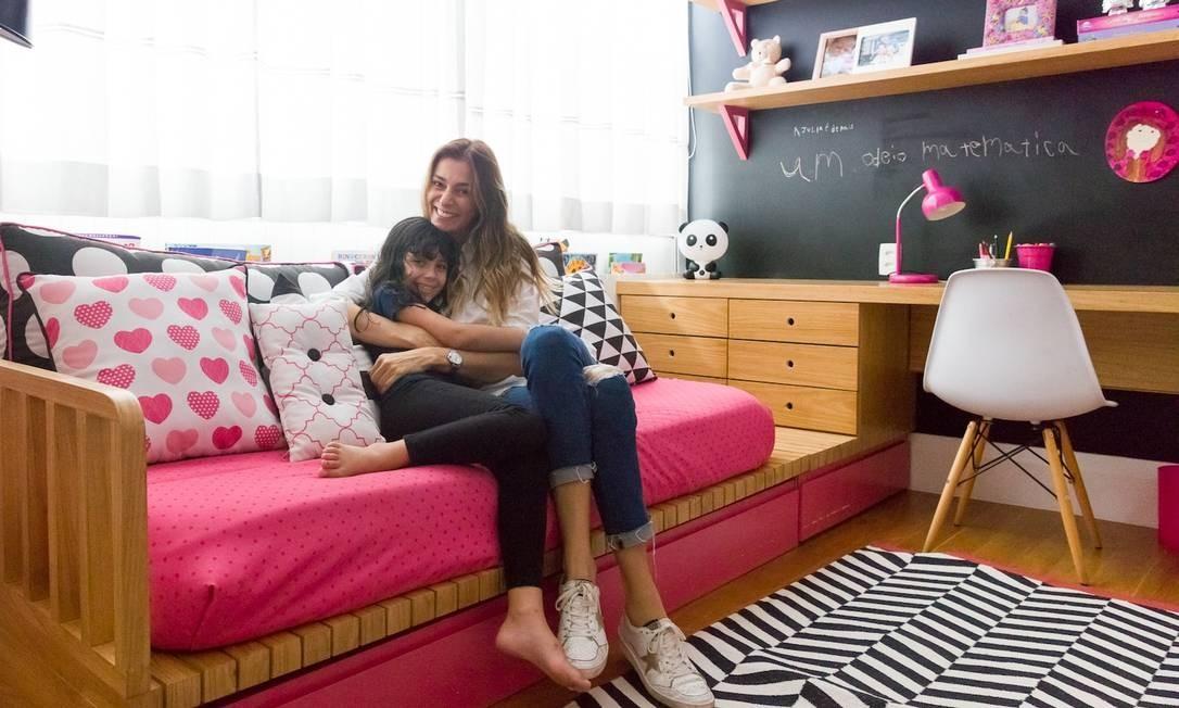 """Um ambiente com preto, branco e rosa choque. Esse foi o pedido de Julia, 8 anos, filha única da atriz Mônica Martelli, para seu quarto. As designers de interiores Allison Cerqueira e Renata Fragelli logo sugeriram uma ousada parede toda preta. Um adesivo vinílico de lousa cobriu a parede, onde a menina escreve e desenha à vontade. O resultado surpreendente foi parar no site especializado """"NaToca"""", que cedeu as imagens ao ELA. Foto: Nicolas Bouriette / Divulgação"""