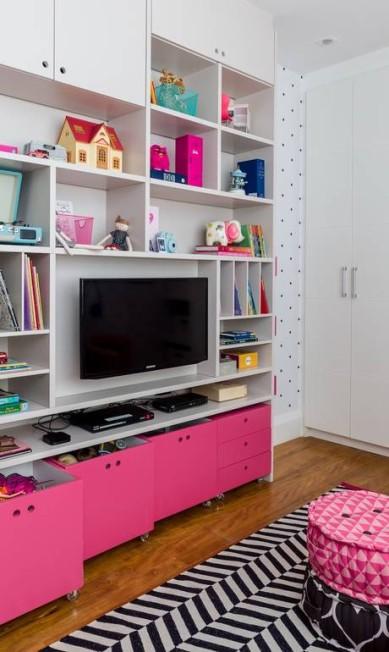 Como Julia tem muita coisa pra guardar, foi fundamental pensar em espaço para arrumar tudo. Uma generosa estante foi desenhada para a TV, com nichos abertos e fechados com lugar para acomodar jogos, brinquedos, livros, objetos, etc Nicolas Bouriette / Divulgação
