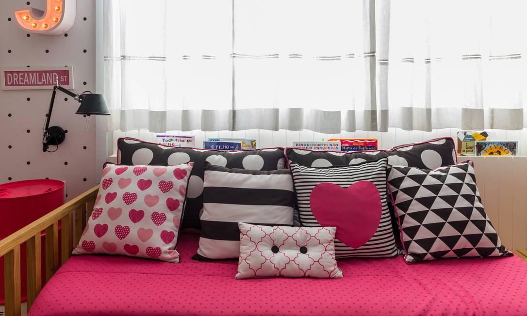 Além da marcenaria, as cores compõem a paleta da descolada composição de almofadas da designer Nara Maitre, que assina o enxoval, as estampas e os quadrinhos Nicolas Bouriette / Divulgação