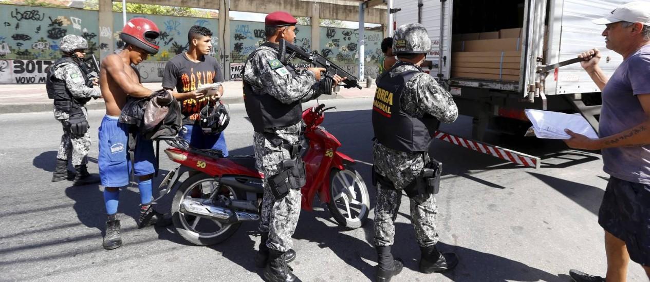 Agentes da Força Nacional do Rio de Janeiro em blitz em Acari Foto: Pablo Jacob / Agência O Globo
