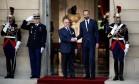 Premier Edouard Philippe aperta as mãos de seu antecessor, Bernard Cazeneuve, durante uma cerimônia no Hotel Matignon, em Paris Foto: BENOIT TESSIER / REUTERS