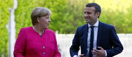 A chanceler alemã, Angela Merkel, e o presidente francês, Emmanuel Macron, participam de uma cerimônia na Chancelaria de Berlim, na Alemanha Foto: PAWEL KOPCZYNSKI / REUTERS