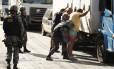 Ocupantes de um veículo são revistados na Via Dutra: