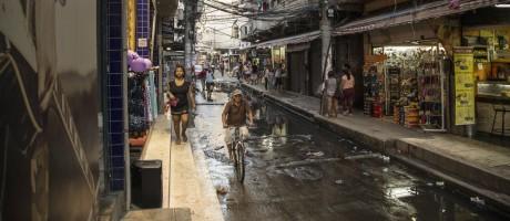 Esgoto corre a céu aberto na Rua do Amparo: projeto da prefeitura promete urbanizar Rio das Pedras Foto: Guito Moreto / Agência O Globo