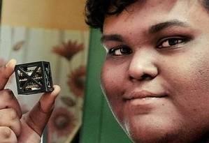 O cientista Rifath Shaarook criou o satélite mais leve que existe Foto: Facebook/Reprodução