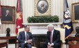 Trump e Lavrov se cumprimentam em encontro no Salão Oval
